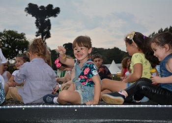 Crianças se divertem no show infantil