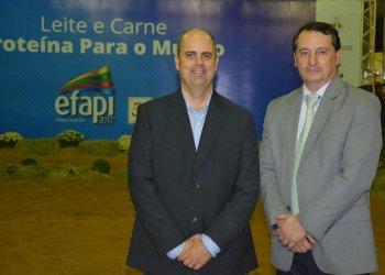 Os jurados oficiais Flávio Junqueira (esquerda) e Edson Luis Kurtz avaliaram juntos a campeã suprema entre os animais jovens das raças Holandesa e Jersey
