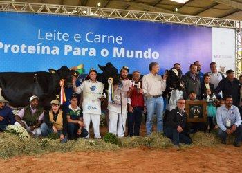 Família Dariva comemorou a conquista das três melhores vacas Holandesas em lactação e a homenagem recebida por Clair Eloy Dariva