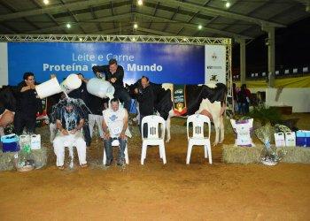 Colaboradores da cabanha de Clair Eloy Dariava levaram o banho de leite em comemoração a vitória
