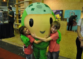 Poupedi, mascote do Sicredi fez a alegria da criançada no estande da GenTV