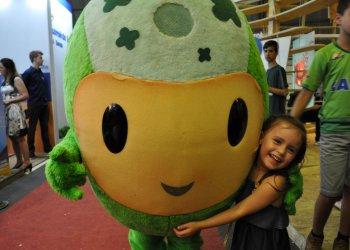 Crianças aproveitaram para conhecer o Poupedi, mascote do Sicredi na Efapi 2017